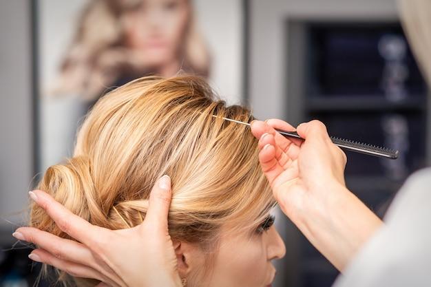 Een jonge vrouw die haar haar ontvangt dat in een schoonheidssalon wordt gedaan