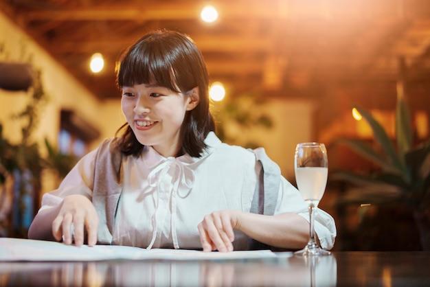 Een jonge vrouw die in een warme sfeer naar een kaart kijkt