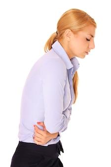 Een jonge vrouw die lijdt aan buikpijn op een witte achtergrond