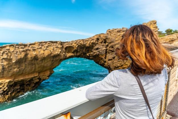 Een jonge vrouw die samen naar de zee kijkt op plage du port vieux in biarritz, op vakantie in het zuidoosten van frankrijk