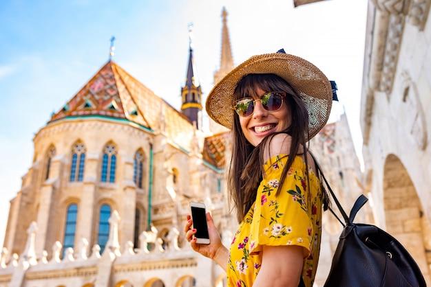 Een jonge vrouw die van haar reis geniet