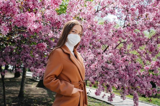 Een jonge vrouw doet haar masker af en haalt diep adem na het einde van de pandemie op een zonnige lentedag