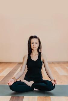 Een jonge vrouw doet yoga