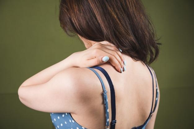 Een jonge vrouw heeft schouderpijn