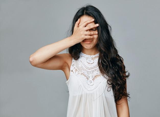 Een jonge vrouw houdt haar hoofd vast