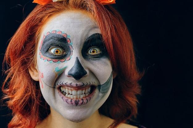 Een jonge vrouw in dag van de doden maskeren schedel gezicht kunst