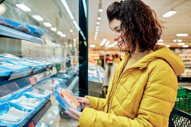 Een jonge vrouw in de supermarkt