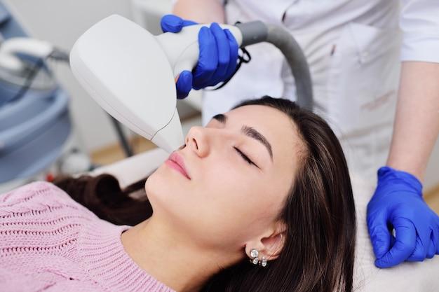 Een jonge vrouw in een cosmetische kliniek