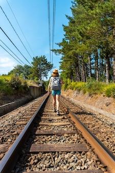 Een jonge vrouw loopt langs het spoor van urdaibai, een biosfeerreservaat in bizkaia naast mundaka. baskenland