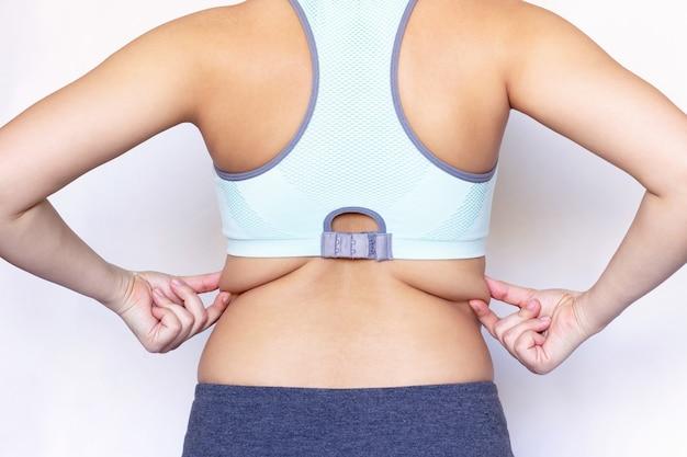 Een jonge vrouw met dikke plooien op haar rug