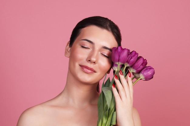 Een jonge vrouw met een boeket tulpen