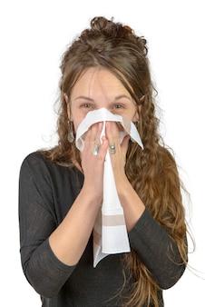 Een jonge vrouw met een verkoudheid