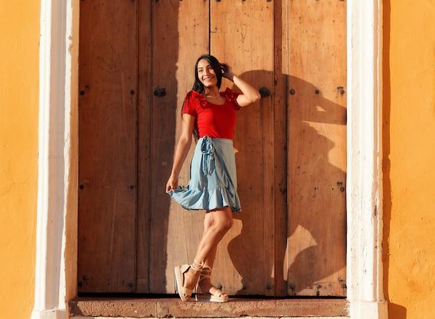 Een jonge vrouw op een zomerse dag in de vakantie