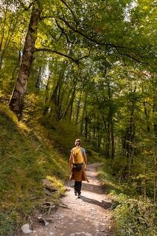 Een jonge vrouw op weg naar passerelle de holtzarte de larrau in het bos of de jungle van irati, het noorden van navarra in spanje en de pyreneeën-atlantiques van frankrijk