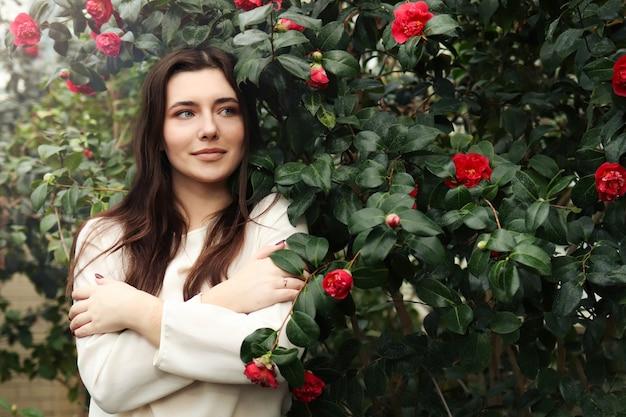 Een jonge vrouw tussen de bloeiende bomen