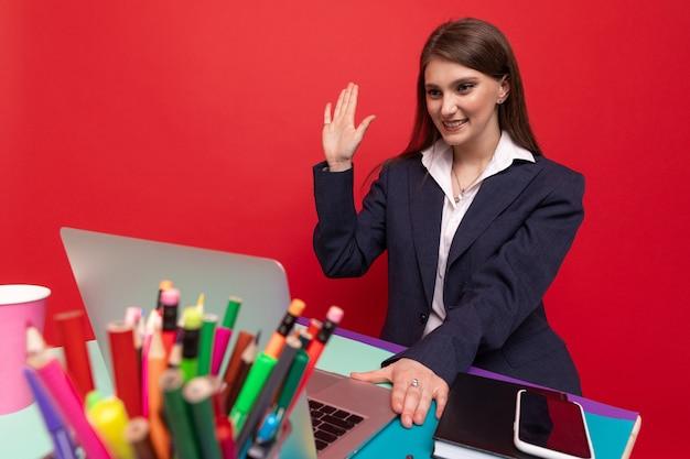 Een jonge vrouw voert een videogesprek vanaf een laptop