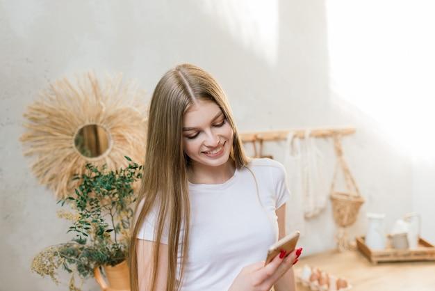 Een jonge vrouw werkt in de thuiskantoormanager of freelancer op het werk. afstandsonderwijs. student vrouw studeert in haar kamer. online winkelen, thuiswerk, freelance en online leerconcept