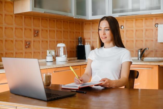 Een jonge vrouw werkt thuis op een afgelegen locatie. afstand leren. blijf thuis.
