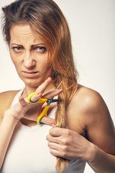 Een jonge vrouw wil haar haar knippen