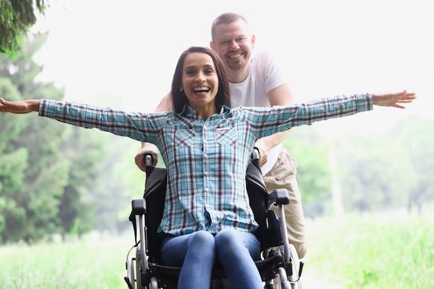 Een jonge vrouw zit op een rolstoel in het bos