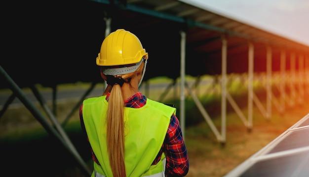 Een jonge vrouwelijke zonnecelingenieur werkt hard. werken in alternatieve energie zonne-energie