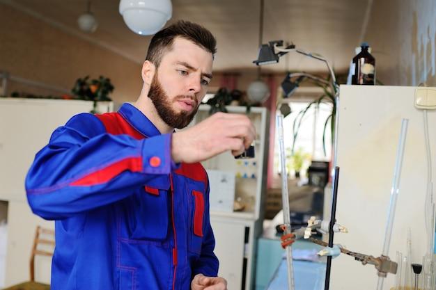 Een jonge wetenschapper doet onderzoek in een chemisch laboratorium.