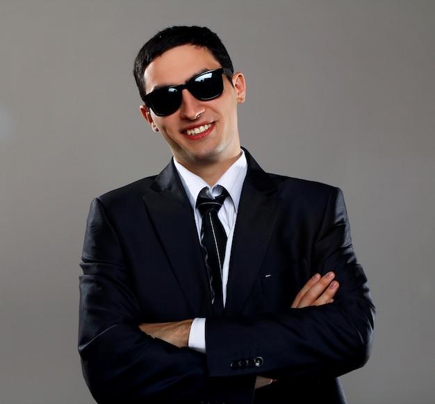 Een jonge zakenman in een zwarte bril