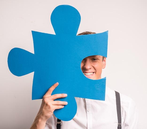 Een jonge zakenman is geweldige puzzels.