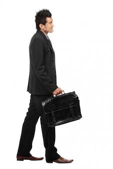 Een jonge zakenman loopt