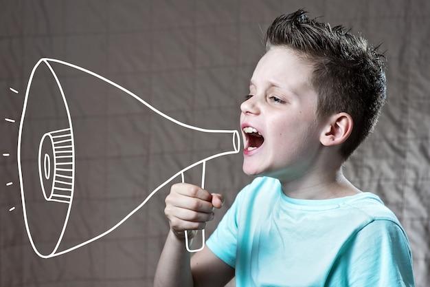 Een jongen beschilderd met een luidspreker die schreeuwde
