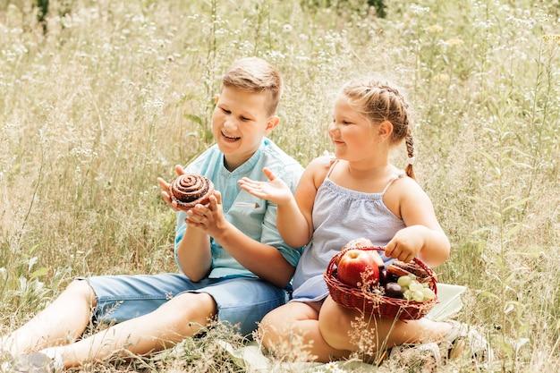 Een jongen en een meisje bij een picknick in het park. overgewicht