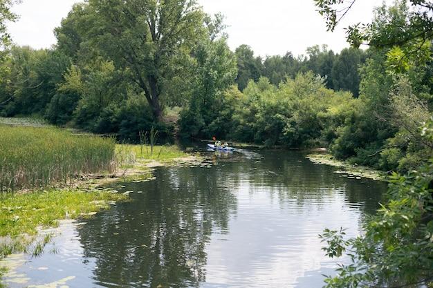 Een jongen en een meisje kano peddelen over de rivier
