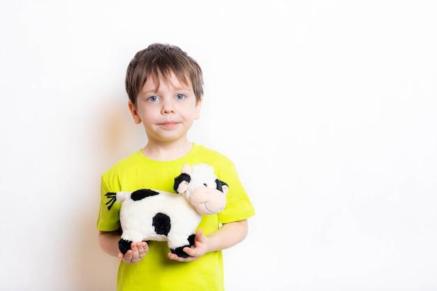 Een jongen houdt een stierenspeelgoed vast