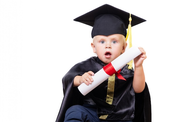 Een jongen in een bachelor of master pak met diploma scroll geïsoleerd