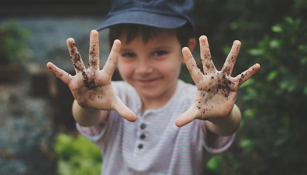 Een jongen is in een tuin