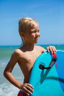 Een jongen met een bodyboard op een golf