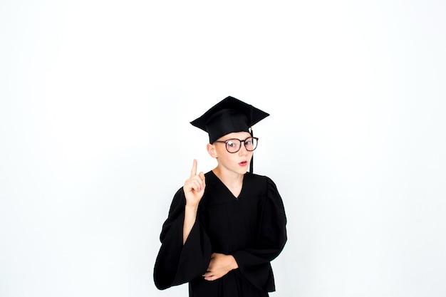 Een jongen met een studentenhoed. kennis, opleiding en succesvolle carrière