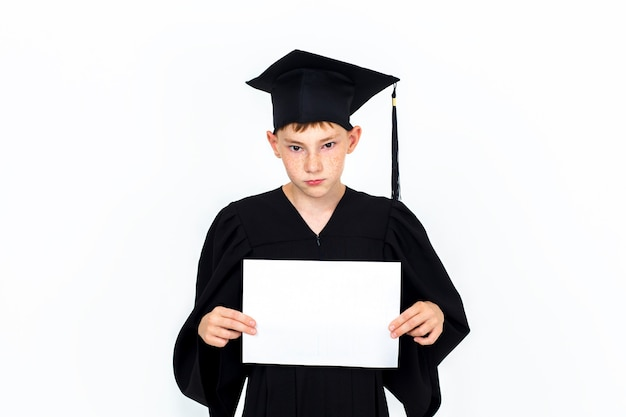 Een jongen met een studentenhoed met een leeg reclamebord