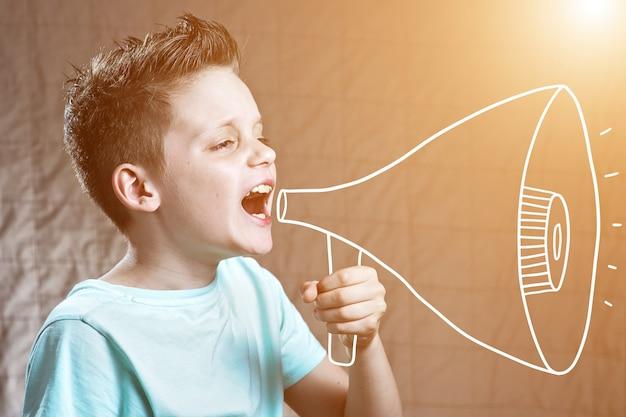 Een jongen schilderde met een luidspreker die schreeuwde