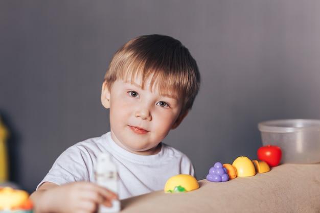 Een jongen speelt thuis in een winkel