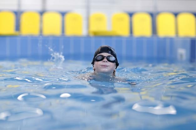 Een jongen zwemt