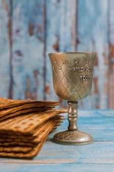 Een joods matzah-brood met wijn. pascha vakantie concept