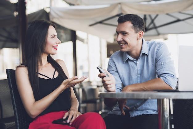 Een journalist die praat met een mooi meisje