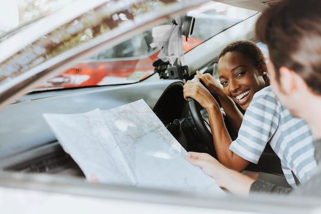 Een kaart in een auto gebruiken voor een richting