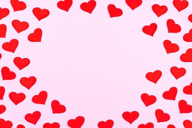 Een kaart versierd met patroon rode harten, valentijnsdag. vieringskaarten op roze achtergrond met exemplaarruimte voor uw tekst. banner.