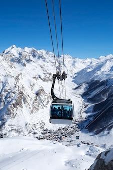 Een kabelbaan met kabelbanen in een berggebied, frankrijk.