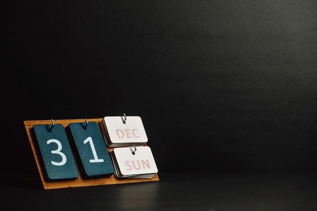 Een kalender voor 31 december met een donkere achtergrond