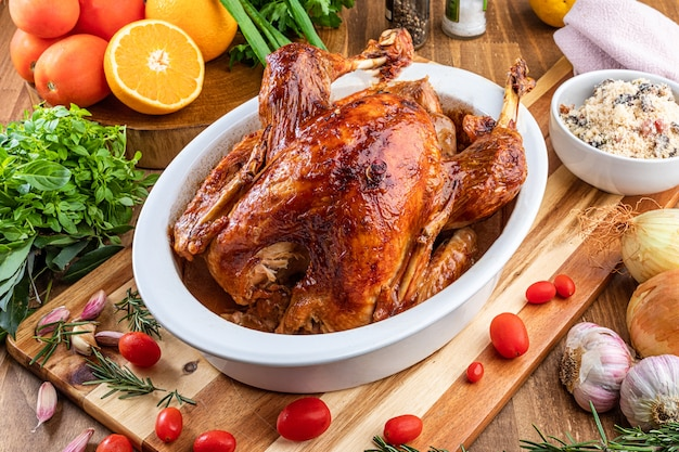 Een kalkoen geroosterd in een kom, voor thanksgiving day en kerstdiner