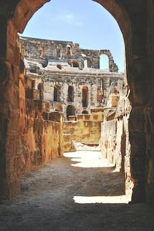Een kant van het colosseum gefotografeerd vanuit een tunnelboog tunesië el jem