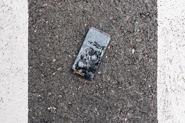 Een kapotte telefoon die midden op straat lag